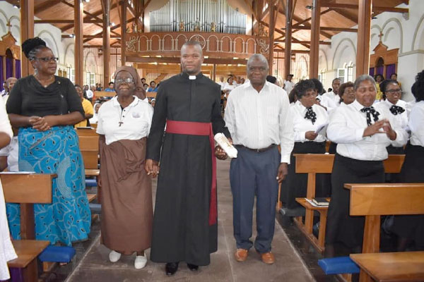 Mariannhill-Mission-Brother-Palavra-Luambano-CMM-being-presented-by-his-parents
